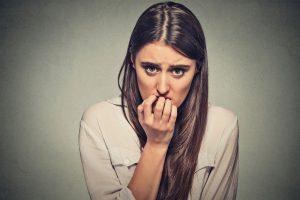 Donna con ansia da stress, insonnia, rimedi naturali